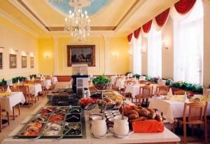 Kuren in Tschechien: Ansicht eines der Restaurants im Kurhaus Kriván in Karlsbad Karlovy Vary Westböhmen