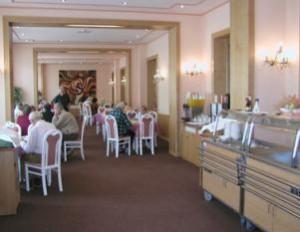 Kuren in Tschechien: Speiseraum im Kurhaus Kijev in Franzensbad (Frantiskovy Lázne)