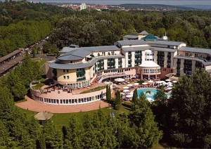 Kuren in Ungarn: Blick auf das Lotus Therme Hotel und Spa in Heviz