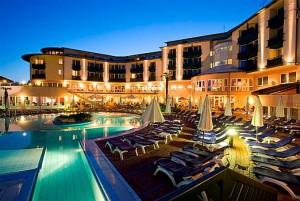 Kuren in Ungarn: Außenschwimmbecken des Lotus Therme Hotel und Spa in Heviz