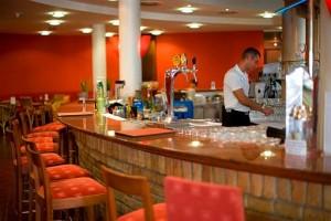 Kuren in Ungarn: Cocktailbar im Lotus Therme Hotel und Spa in Heviz