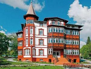 Kuren in Polen: Blick auf das Hotel Magnolia 3 in Bad Flinsberg Swieradów Zdrój Isergebirge