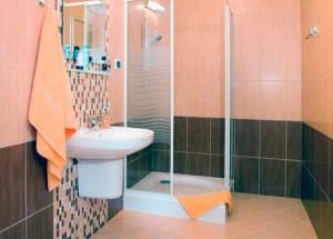 Kuren in Polen: Beispiel für Badzimmer im Kurhaus Muszelka in Kolberg Kolobrzeg