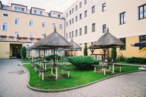 Kuren in Tschechien: Sommerterrasse im Innenbereich vom Kurhaus Sevilla in Franzensbad Frantiskovy Lazne