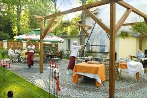 Kuren in Polen: Sommerterrasse im Hotel Swieradow in Bad Flinsberg Swieradów Zdrój Isergebirge