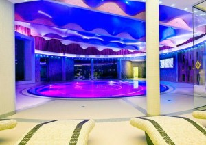 Kuren in Polen: Schwimmbecken im neuen Hotelteil des Hotel Unitral in Mielno